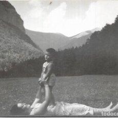 Postales: == HH683 - FOTOGRAFIA - SEÑORA JUGANDO CON SU NIÑO - ORDESA 1956. Lote 245509440