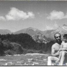 Postales: == HH696 - FOTOGRAFIA - SEÑOR CON SU NIÑO EN ORDESA 1956. Lote 245509730