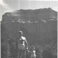 Postales: == HH700 - FOTOGRAFIA - SEÑOR CON SU NIÑO - ORDESA 1956. Lote 245509775