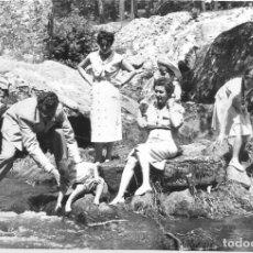 Postales: == HH701 - FOTOGRAFIA - GRUPO DE AMIGOS JUNTO AL RIO DUERO - SORIA 1955. Lote 245509845