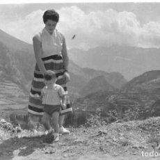 Postales: == HH703 - FOTOGRAFIA - SEÑORA CON SU NIÑO EN EL VALLE DE TENA 1955. Lote 245509870
