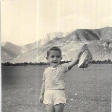 Postales: == HH707 - FOTOGRAFIA - NIÑITO CON SU GORRA EN LA MANO - PLANDUVIAR 1958. Lote 245510875