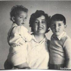 Postales: == HH708 - FOTOGRAFIA - SEÑORA CON SUS NIÑOS 1958. Lote 245511040
