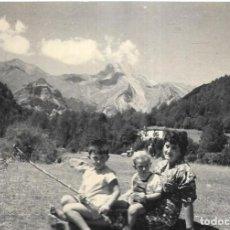 Postales: == HH709 - FOTOGRAFIA - SEÑORA CON SUS NIÑOS - ORDESA 1958. Lote 245511180