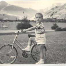 Postales: == HH710 - FOTOGRAFIA - NIÑO CON SU BICI - PLANDUVIAR 1958. Lote 245511325