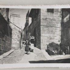 Postales: VIGO POSTAL FOTOGRAFICA EDICIONES GARCIA GARABELLA - GALICIA - TIPICA CALLE DEL BERBES - IMPECABLE. Lote 251971785