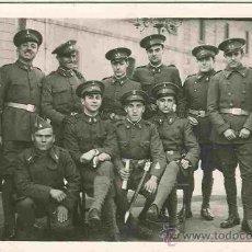 Postales: GRUPO DE MILITARES. POSTAL BLANCO Y NEGRO, SIN CIRCULAR, C. 1930. MIL . Lote 24628573
