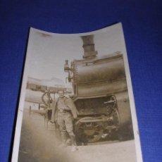 Postales: POSTAL FOTOGRAFICA GUERRA CIVIL MILICIANO CON MAQUINA DE FERROCARRIL ,FRENTE DE ARAGON 1936-37 . Lote 33445055