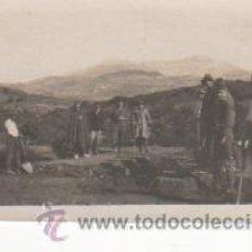 Postales: CURIOSA, ANTIGUA Y ORIGINAL FOTOGRAFÍA ABRIENDO TRINCHERAS. ¿ GUERRA CIVIL ?. TAMAÑO 6,5 X 4,5 CMS.. Lote 36254634
