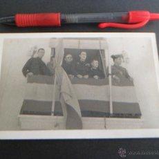 Postales: CURIOSA FOTO PRESENCIANDO UN DESFILE . Lote 50199626