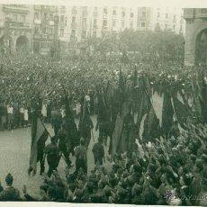 Postales: BILBAO. GUERRA CIVIL. DESFILE PATRIÓTICO. BANDERAS DE FALANGE. HACIA 1938.. Lote 54594570