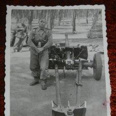 Postales: FOTOGRAFIA DE SOLDADO JUNTO A CAÑON, MIDE 7,5 X 5,5 CMS.. Lote 177381803