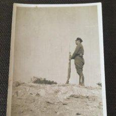 Postales: POSTAL FOTOGRAFICA GUERRA CIVIL FRENTE DE ARAGON MILICIANO HACIENDO GUARDIA ( ALCAÑIZ ). Lote 202929926