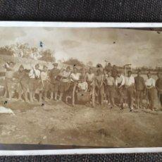 Postales: GUERRA CIVIL - POSTAL FOTOGRAFICA PALMA DE MALLORCA 9-3-37 GRUP DE DESTERRATS AL CAMP D'ESPORTS DEL. Lote 203016298
