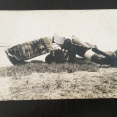 Postales: POSTAL FOTOGRAFICA ACCIDENTE DE UN AVIONETA ESPAÑOLA, 14X9 CM. SEÑALES DE USO. Lote 205649568