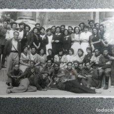 Postales: FALANGISTAS POSANDO EN EL MONUMENTO - RARA POSTAL FOTOGRÁFICA ANTIGUA. Lote 244023820
