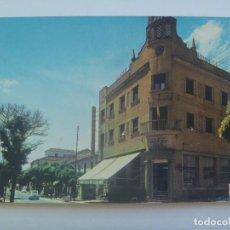 Postales: POSTAL DE VALDEPEÑAS ( CIUDAD REAL ) : HOTEL PARIS Y CALLE SEIS DE JUNIO. AÑOS 60. Lote 150275782