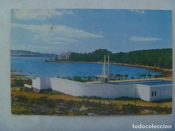 POSTAL DE LA TOJA ( PONTEVEDRA ) : VISTA DEL GRAN HOTEL DESDE LA PISCINA . AÑOS 60 (Postales - Postales Temáticas - Hoteles y Balnearios)