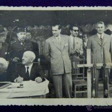Postales: POSTAL FOTOGRAFICA DE LOGROÑO. CAMPEONATO DE TIRO. EN EL CENTRO EL GOBERNADOR CIVIL DE LOGROÑO. 1945. Lote 45785460