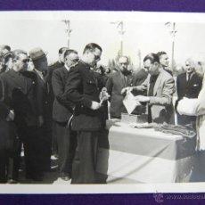 Postales: FOTO DE LOGROÑO. EL GOBERNADOR CIVIL BALLESTERO DE NEGRO EN EL CENTRO. FOTO PAYA. 1945.. Lote 45785585
