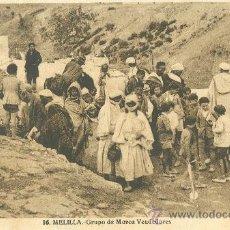 Cartoline: MELILLA. GRUPO DE MOROS VENDEDORES. HACIA 1920.. Lote 17568963