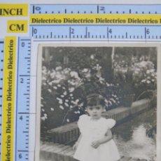 Cartoline: FOTO POSTAL DE MELILLA. AÑOS 30 50. NIÑA EN PARQUE HERNÁNDEZ ?. Lote 52773902