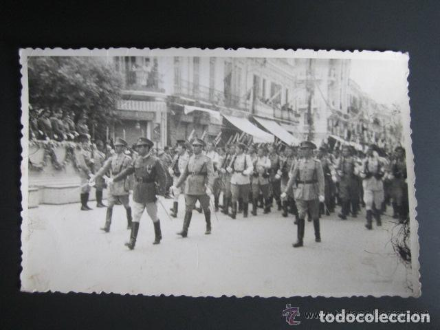 POSTAL FOTOGRÁFICA MELILLA. DESFILE DE LA JURA DE BANDERA. MELILLA, AÑO 1943 (Postales - España - Melilla Moderna (desde 1940))