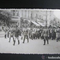 Postales: POSTAL FOTOGRÁFICA MELILLA. DESFILE DE LA JURA DE BANDERA. MELILLA, AÑO 1943. Lote 81441584