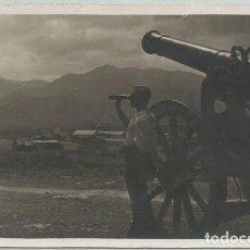 Postales: POSTAL FOTOGRAFICA MELILLA SOLDADO OBSERVANDO EL GURUGU CAÑON MARRUECOS ESPAÑOL 1931. Lote 107843127
