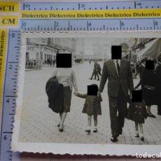 Postales: FOTO FOTOGRAFÍA DE MELILLA. AÑOS 30 50. FAMILIA EN AVENIDA DEL GENERALÍSIMO. 662. Lote 129238371