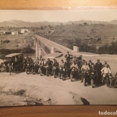 Postales: MELILLA - MOTORISTAS EN ESPERA. Lote 175162228