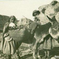 Cartoline: MELILLA. NIÑOS LLENANDO SUS CÁNTAROS DE AGUA. FOTO LÁZARO. HACIA 1920. . Lote 190383538