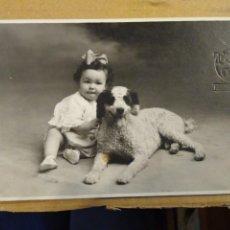 Postales: FOTOGRAFÍA FORMATO POSTAL, NIÑA CON PERRO. TRUCHAUD Y CANO. MELILLA. SIN CIRCULAR.. Lote 193990792