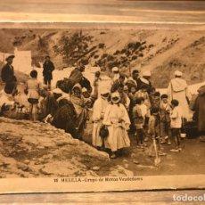 Cartes Postales: POSTAL DE MELILLA - GRUPO DE MOROS VENDEDORES - 14 CM X 9 CM - FOTOGRAFO L. ROISIN. Lote 219460853