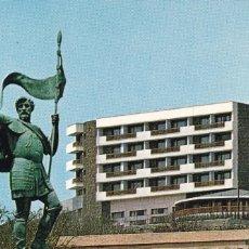 Postales: MELILLA, MONUMENTO AL CONQUISTADOR Y PARADOR NACIONAL PEDRO ESTOPIÑAN. ED. MONTERONº 1361. CIRCULADA. Lote 233591765
