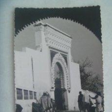 Postales: POSTAL ( FOTO TROQUELADA ) DE MELILLA : PORTON MARROQUI . 1960. Lote 262763035