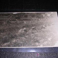 Postales: POSTAL MILITAR EN ESCENA DE COMBATE, FOTOGRAFICA. Lote 5563572