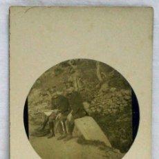 Postales: FOTO POSTAL MILITAR CON DOS SOLDADOS EN CAMPAÑA SENTADOS CON UNIFORME NO ESCRITA. Lote 12866213