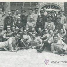 Postales: GRUPO DE MILITARES ESPAÑOLES. HACIA 1925. LUGAR A IDENTIFICAR. ¿SEVILLA?. Lote 17724144