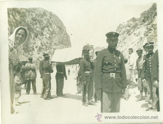 MELILLA. TRANSPORTE DE HERIDOS EN CAMILLAS DE LA CRUZ ROJA. HACIA 1909. (Postales - Postales Temáticas - Militares)