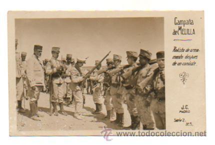 CAMPAÑA DE MELILLA. REVISTA DE ARMAMENTO DESPUÉS DE UN COMBATE. (J. C. SERIE 2, Nº 5). FOTOGRÁFICA. (Postales - Postales Temáticas - Militares)