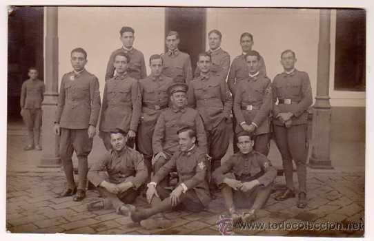 ANTIGUA POSTAL FOTOGRÁFICA. SOLDADOS DE INFANTERÍA POSANDO EN PATIO DE ARMAS. AÑOS 1920S (Postales - Postales Temáticas - Militares)