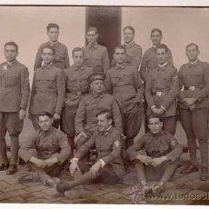 Postales: ANTIGUA POSTAL FOTOGRÁFICA. SOLDADOS DE INFANTERÍA POSANDO EN PATIO DE ARMAS. AÑOS 1920S. Lote 32463651