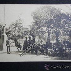 Postales: ANTIGUA POSTAL DE MILITARES A LA SOMBRA EN PLAZA - UBICACIÓN DESCONOCIDA - REF169. Lote 35258094