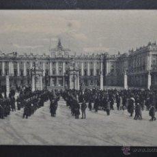Postales: ANTIGUA POSTAL DE MADRID. PALACIO REAL, PLAZA DE LA ARMERIA. SIN CIRCULAR. Lote 44664362