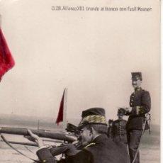 Postales: POSTAL COLOREADA DE S.M ALFONSO XIII TIRANDO AL BLANCO CON FUSIL MAUSER. Lote 45000734