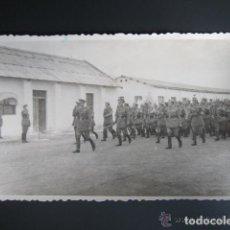Postales: POSTAL FOTOGRÁFICA MELILLA. CUARTEL DEL ESCUADRÓN DE AMETRALLADORAS A CABALLO Nº3. AÑO 1948. Lote 81416560