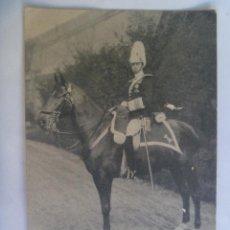 Postales: POSTAL DE ALFONSO XIII DE OFICIAL DE CABALLERIA CON CASCO DE PLUMAS , A CABALLO . DE HAUSER Y MENET. Lote 97964579