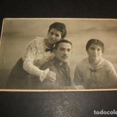 Postales: RETRATO SOLDADO EJERCITO ESPAÑOL REGIMIENTO INFANTERIA 50 CON HERMANAS MADRID GOYA Y NADIE FOTOGRAFO. Lote 103905455