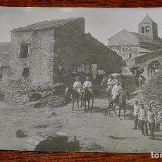 Postales: FOTOGRAFIA DE GRUPO DE OFICIALES A CABALLO, CABALLERIA, ACOMPAÑADOS DE MULAS Y SOLDADOS, PUEBLO ESPA. Lote 104278455